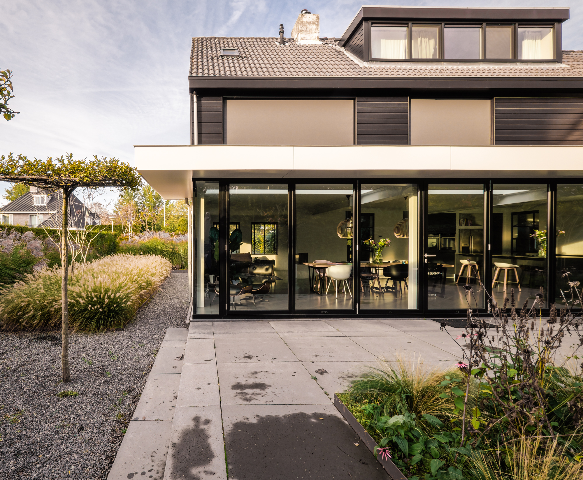 van-os-architecten-breda-ontwerp-moderne-aanbouw-met-aluminium-vouwschuifpui-zicht-achtergevel-en-tuin