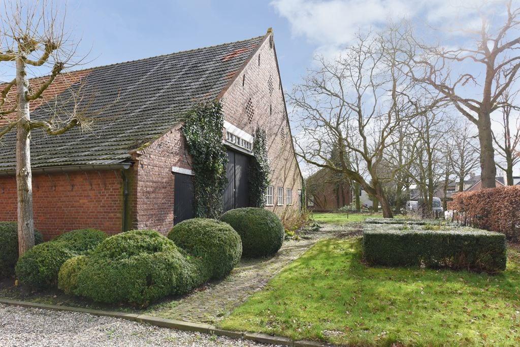 van-os-architecten-transformatie-oude-boerderij-schuur-tot-woonhuis-Galder-bestaande-voorgevel-met-toegang-langsdeel