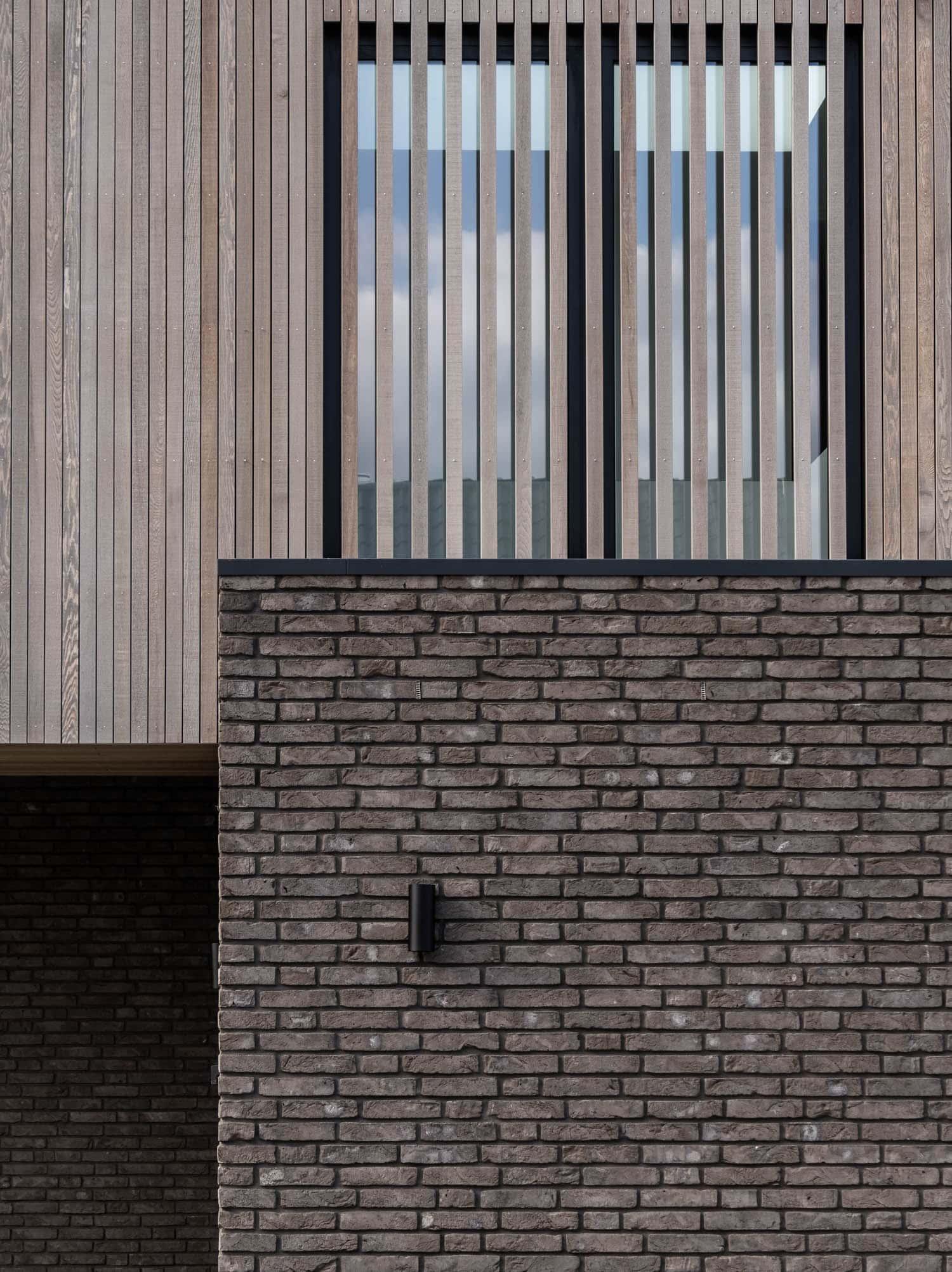van-Os-architecten-nieuwbouw-woning-Westergouw-Teteringen-moderne-vrijstaande-villa-aluminium-kozijn-achter-houten-gevelbelatting