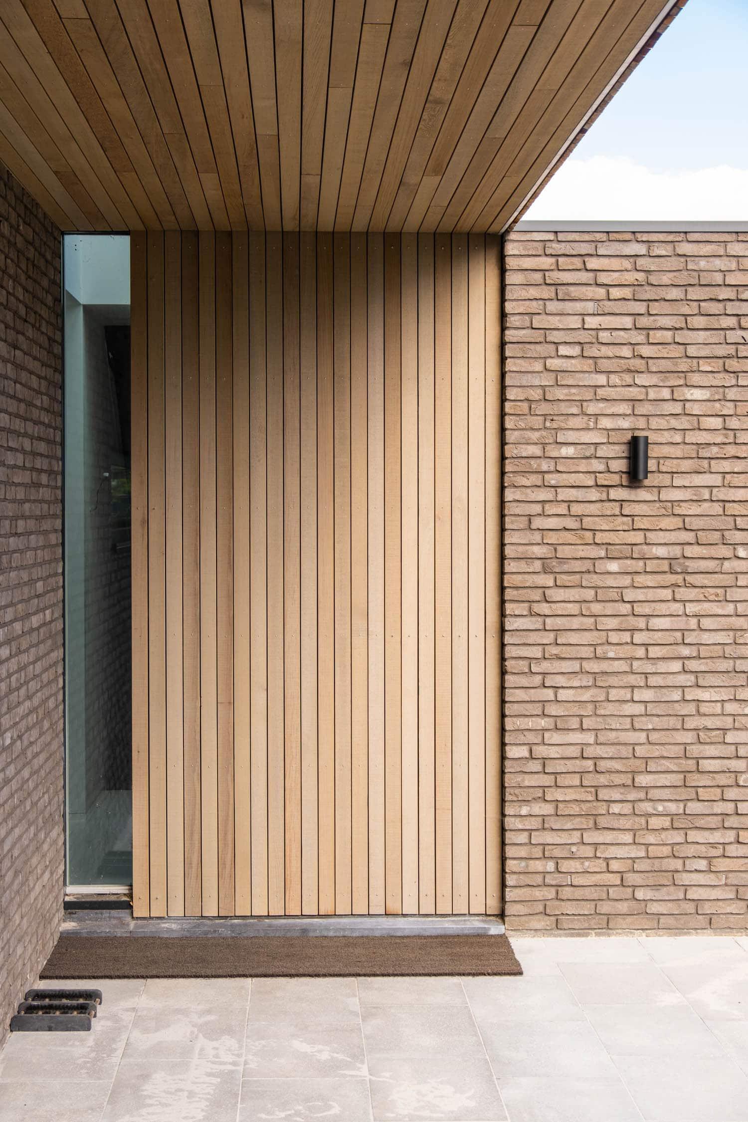 van-Os-architecten-nieuwbouw-woning-Westergouw-Teteringen-moderne-vrijstaande-villa-houten-delen-plafond-doorlopend-in-entreedeur