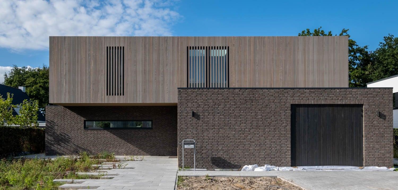 van-Os-architecten-nieuwbouw-woning-Westergouw-Teteringen-moderne-vrijstaande-villa-verspingende-volumes-met-overstek-bij-entree