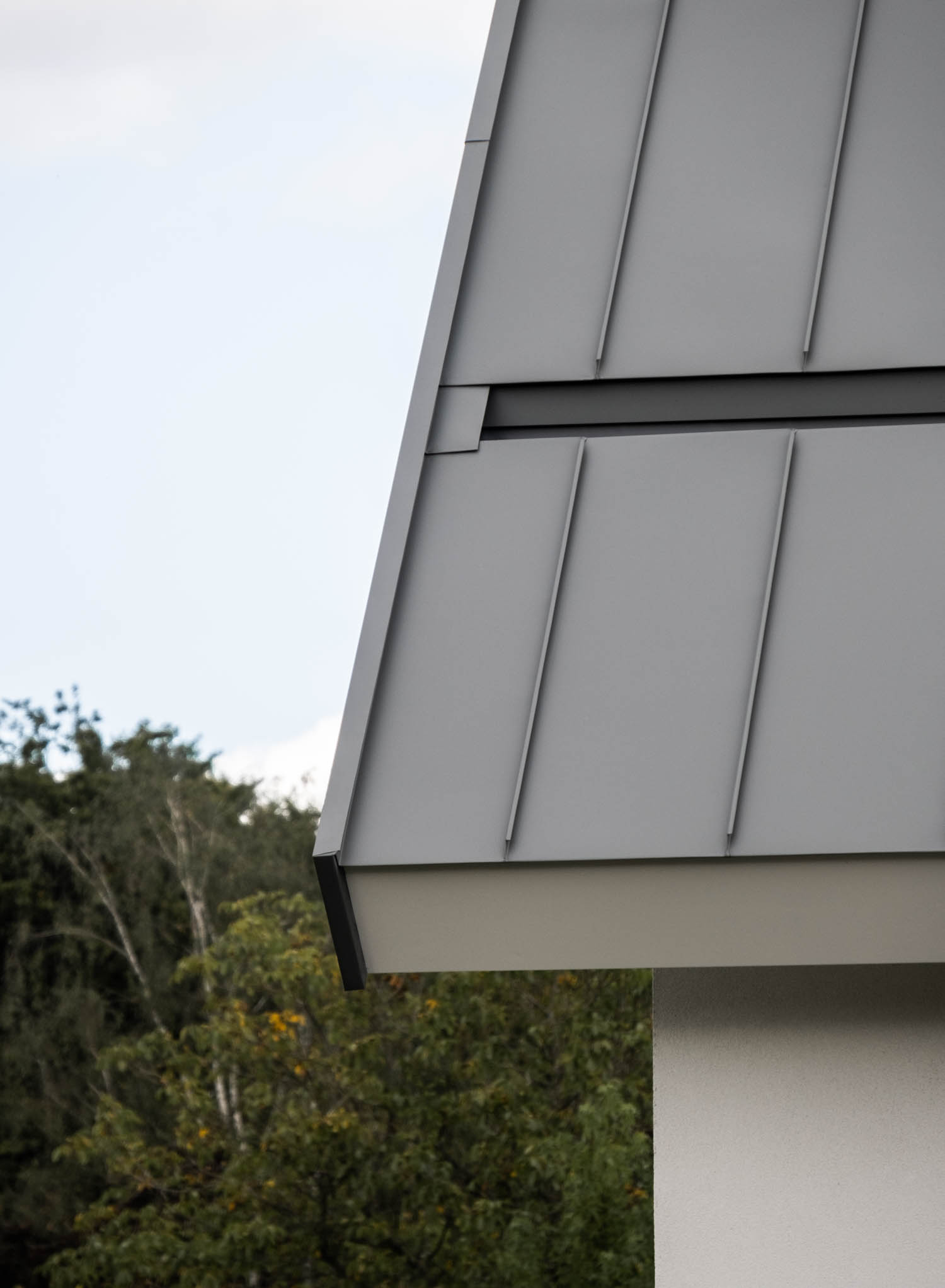 van-os-architecten-breda-nieuwbouw-woning-in-gevelstucwerk-en-stalen-dak-hoge-gouw-teteringen-detail-atalen-fels-dak