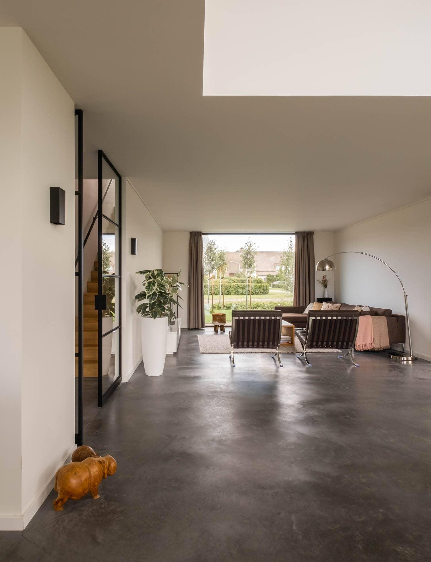 van-os-architecten-breda-nieuwbouw-woning-in-gevelstucwerk-en-stalen-dak-hoge-gouw-teteringen-interieur-bij-vide-richting-woonkamer
