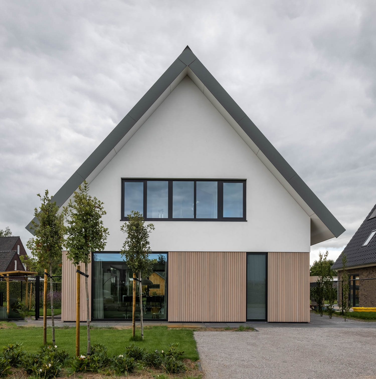 van-os-architecten-breda-nieuwbouw-woning-in-gevelstucwerk-en-stalen-dak-hoge-gouw-teteringen-voorgevel-met-houten-gevelbetimmering