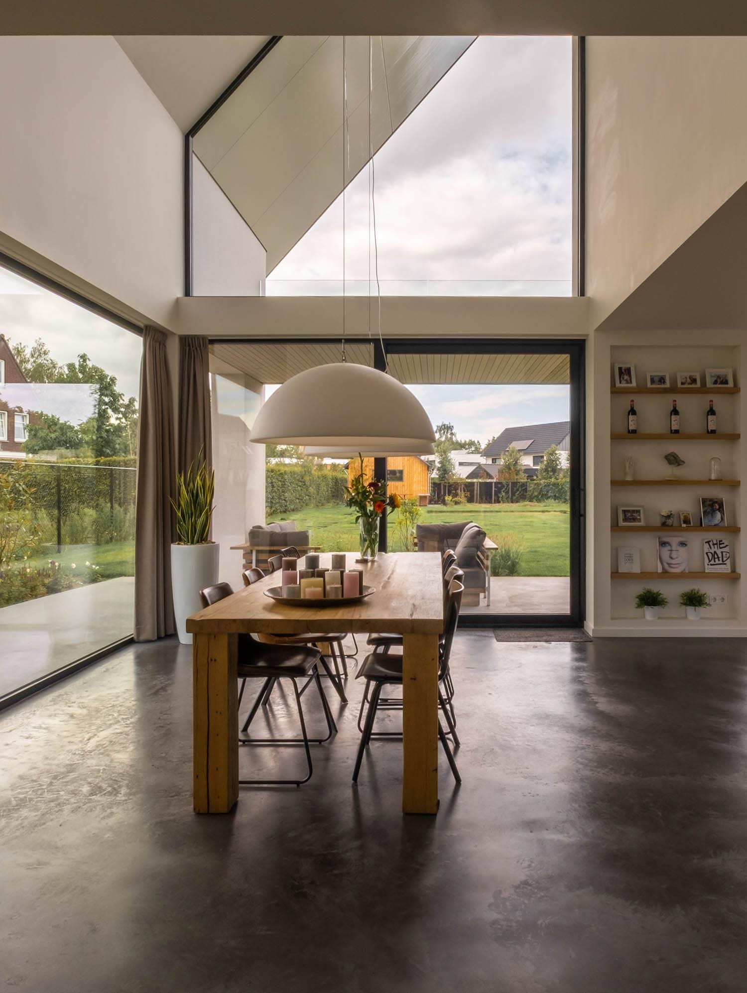 van-os-architecten-breda-nieuwbouw-woning-in-gevelstucwerk-en-stalen-dak-hoge-gouw-teteringen-woonkamer-richting-vide-keuken-en-tuin