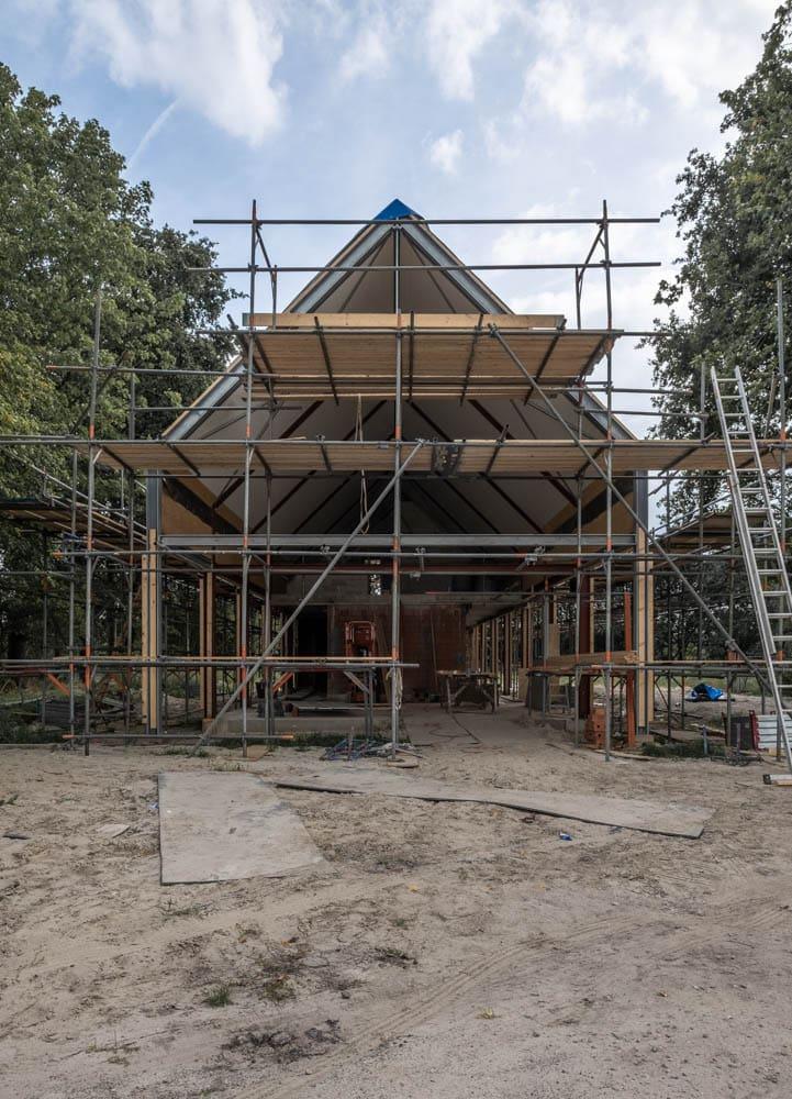 van-os-architecten-breda-ontwerp-moderne-schuurwoning-oosteind-in-rieten-dakbedekking-en-padoek-gevelbekleding-met-aluminium-puien-kopgevel-in-aanbouw