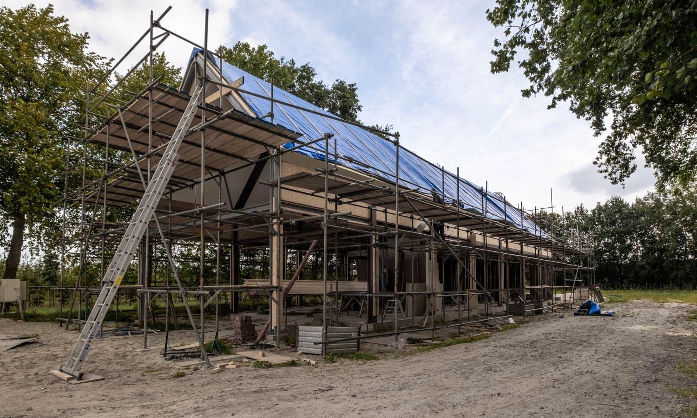 van-os-architecten-breda-ontwerp-moderne-schuurwoning-oosteind-in-rieten-dakbedekking-en-padoek-gevelbekleding-met-aluminium-puien-rechterzijgevel-in-aanbouw