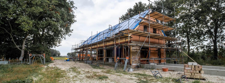 van-os-architecten-breda-ontwerp-moderne-schuurwoning-oosteind-in-rieten-dakbedekking-en-padoek-gevelbekleding-met-aluminium-puien-zijgevel-in-aanbouw