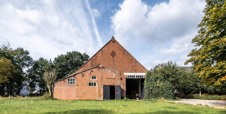 van-os-architecten-transformatie-oude-boerderij-schuur-tot-woonhuis-Galder-bestaande-achtergevel-met-staldeuren