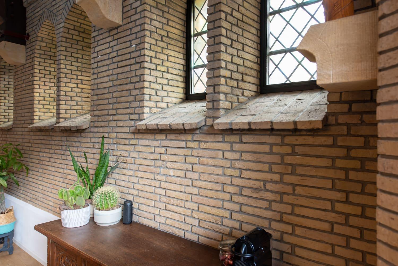 van-os-architecten-verbouwing-kapel-tot-woonhuis-oranjeboomstraat-breda-detail-hoge-ramen-in-kapel