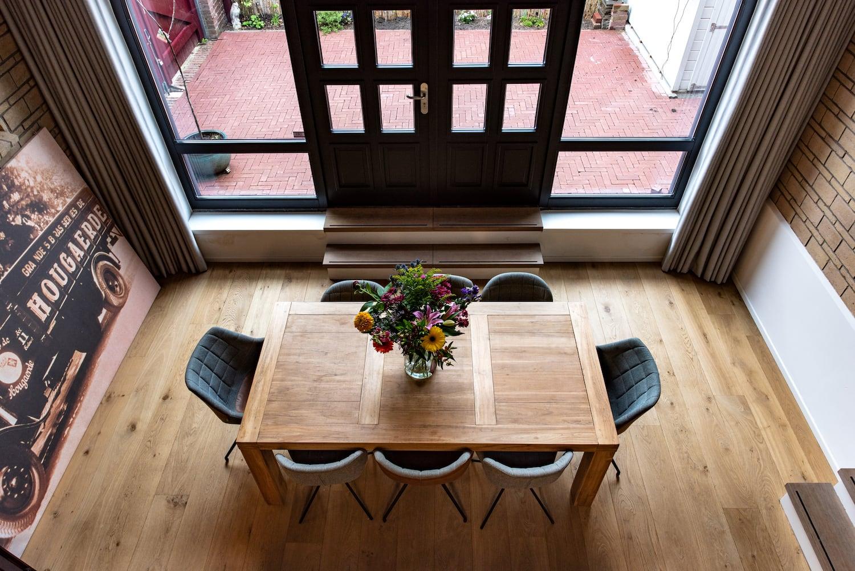 van-os-architecten-verbouwing-kapel-tot-woonhuis-oranjeboomstraat-breda-eetkamer-achter-keuken-richting-tuin