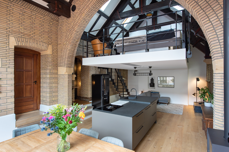 van-os-architecten-verbouwing-kapel-tot-woonhuis-oranjeboomstraat-breda-hoge-ruimte-met-twee-woonlagen