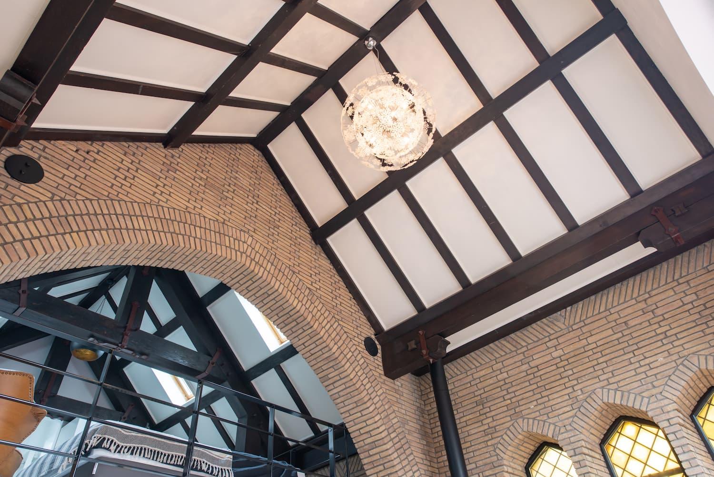 van-os-architecten-verbouwing-kapel-tot-woonhuis-oranjeboomstraat-breda-houten-spantenconstructie-dak