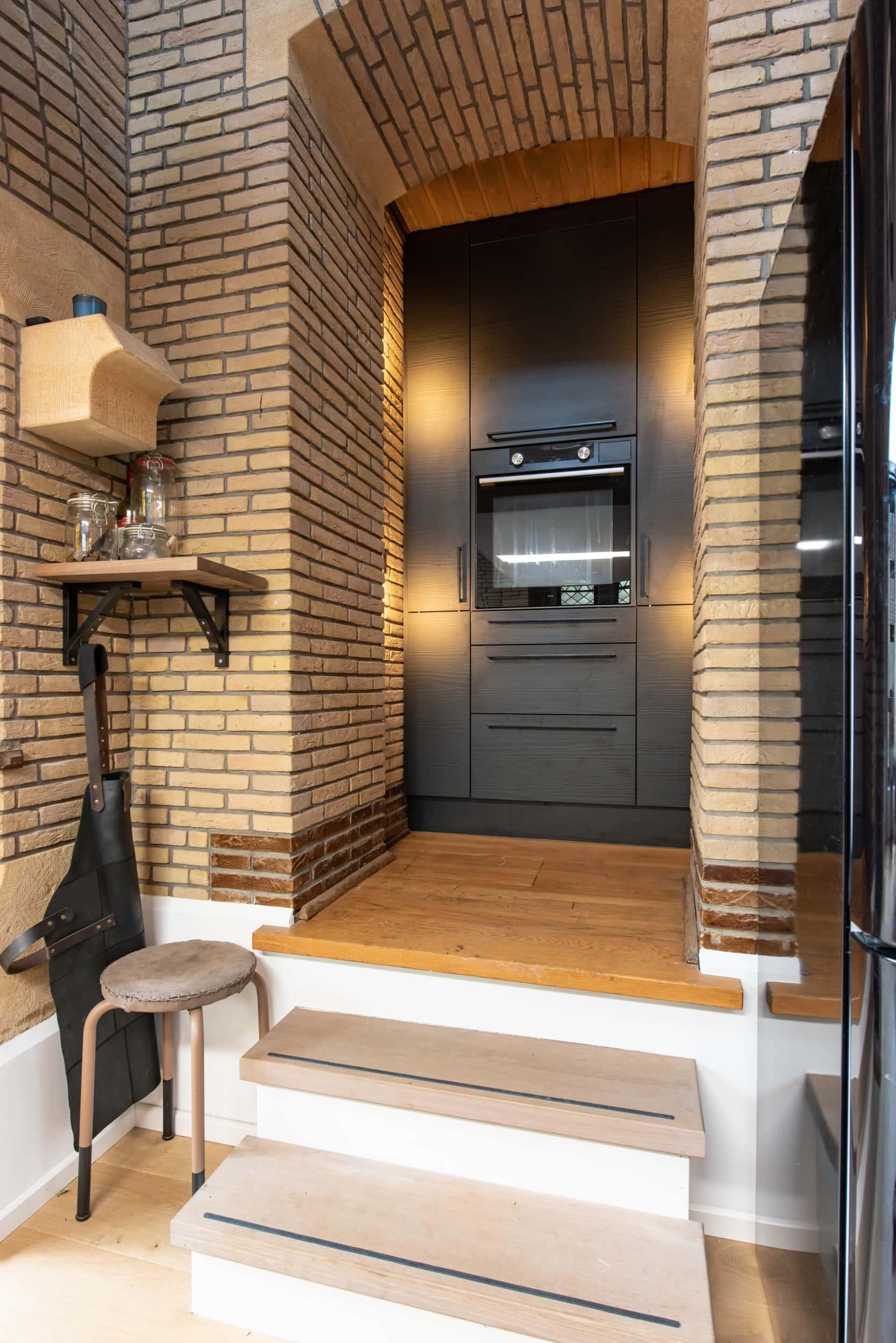 van-os-architecten-verbouwing-kapel-tot-woonhuis-oranjeboomstraat-breda-kastenwand-keuken-in-oude-metselwerk-nis