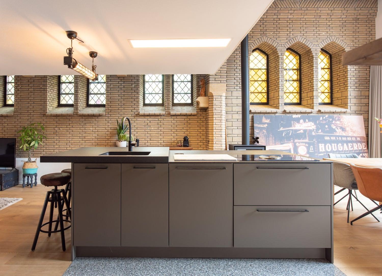 van-os-architecten-verbouwing-kapel-tot-woonhuis-oranjeboomstraat-breda-kookeiland-onder-verdiepingsvloer
