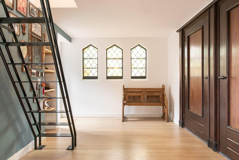 van-os-architecten-verbouwing-kapel-tot-woonhuis-oranjeboomstraat-breda-oude-kapelkozijnen-in-entree