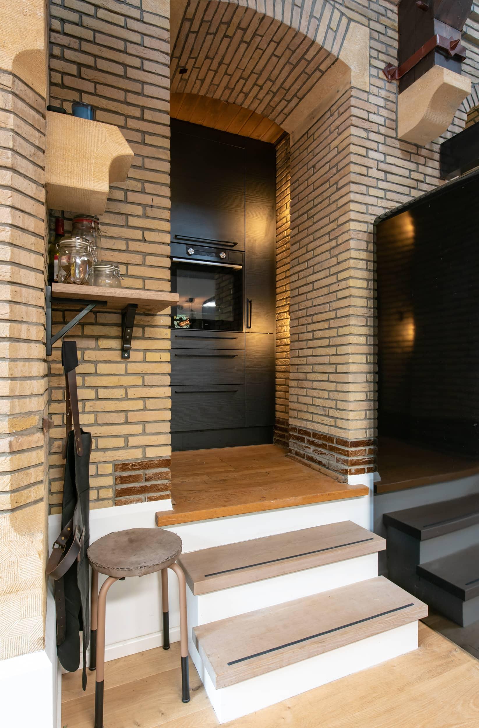 van-os-architecten-verbouwing-kapel-tot-woonhuis-oranjeboomstraat-breda-oude-nis-gebruikt-als-kastenwand-keuken