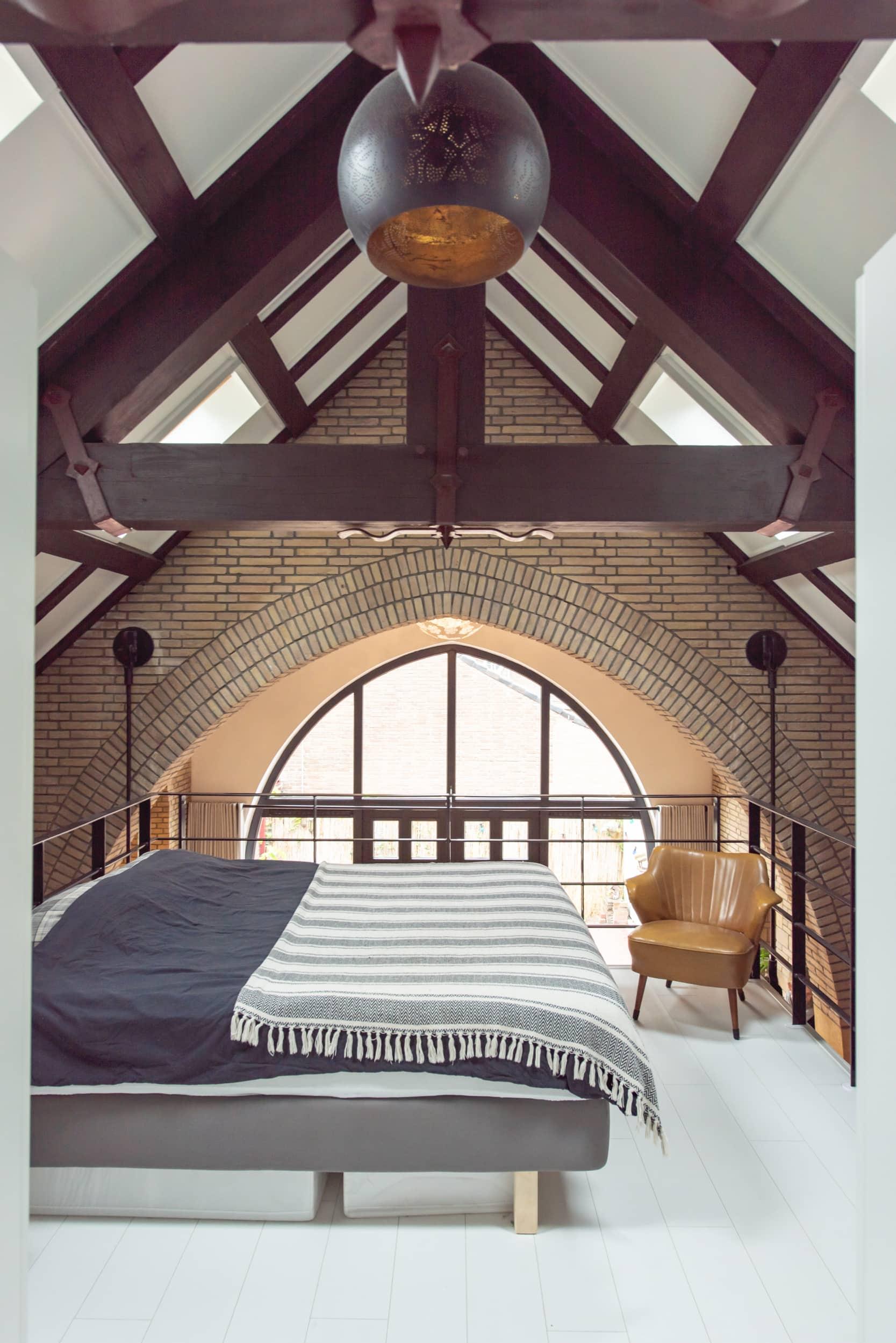 van-os-architecten-verbouwing-kapel-tot-woonhuis-oranjeboomstraat-breda-slaapkamer-op-nieuwe-verdiepingsvloer-onder-houten-spanten