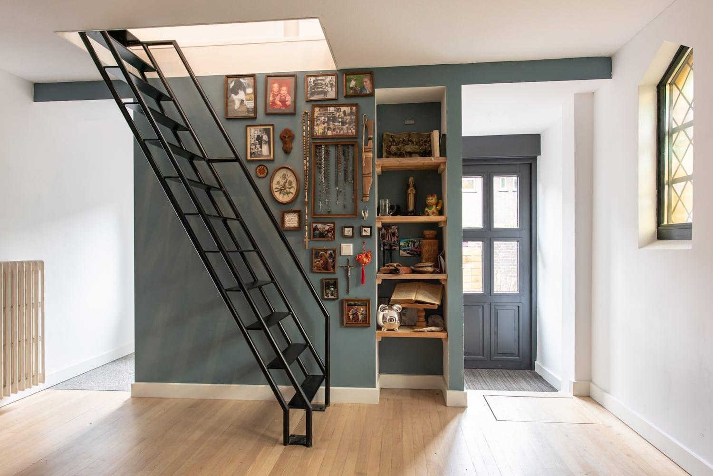 van-os-architecten-verbouwing-kapel-tot-woonhuis-oranjeboomstraat-breda-trap-naar-eerste-verdieping-vanuit-entree