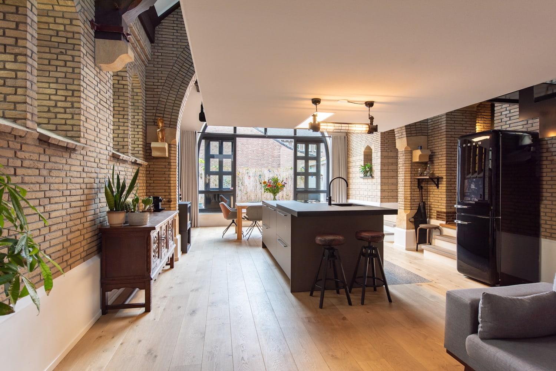 van-os-architecten-verbouwing-kapel-tot-woonhuis-oranjeboomstraat-breda-vrijhangende-verdiepingsvloer-boven-woonkamer-en-kookeiland