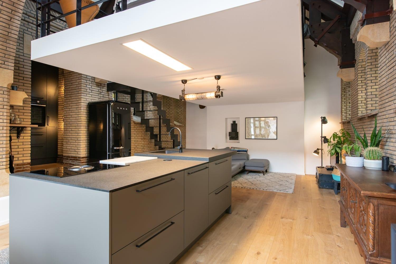 van-os-architecten-verbouwing-kapel-tot-woonhuis-oranjeboomstraat-breda-wit-volume-verdiepingsvloer