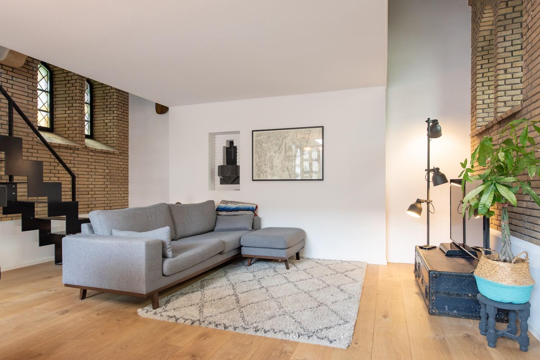 van-os-architecten-verbouwing-kapel-tot-woonhuis-oranjeboomstraat-breda-witte-verdiepingsvloer-boven-woonkamer