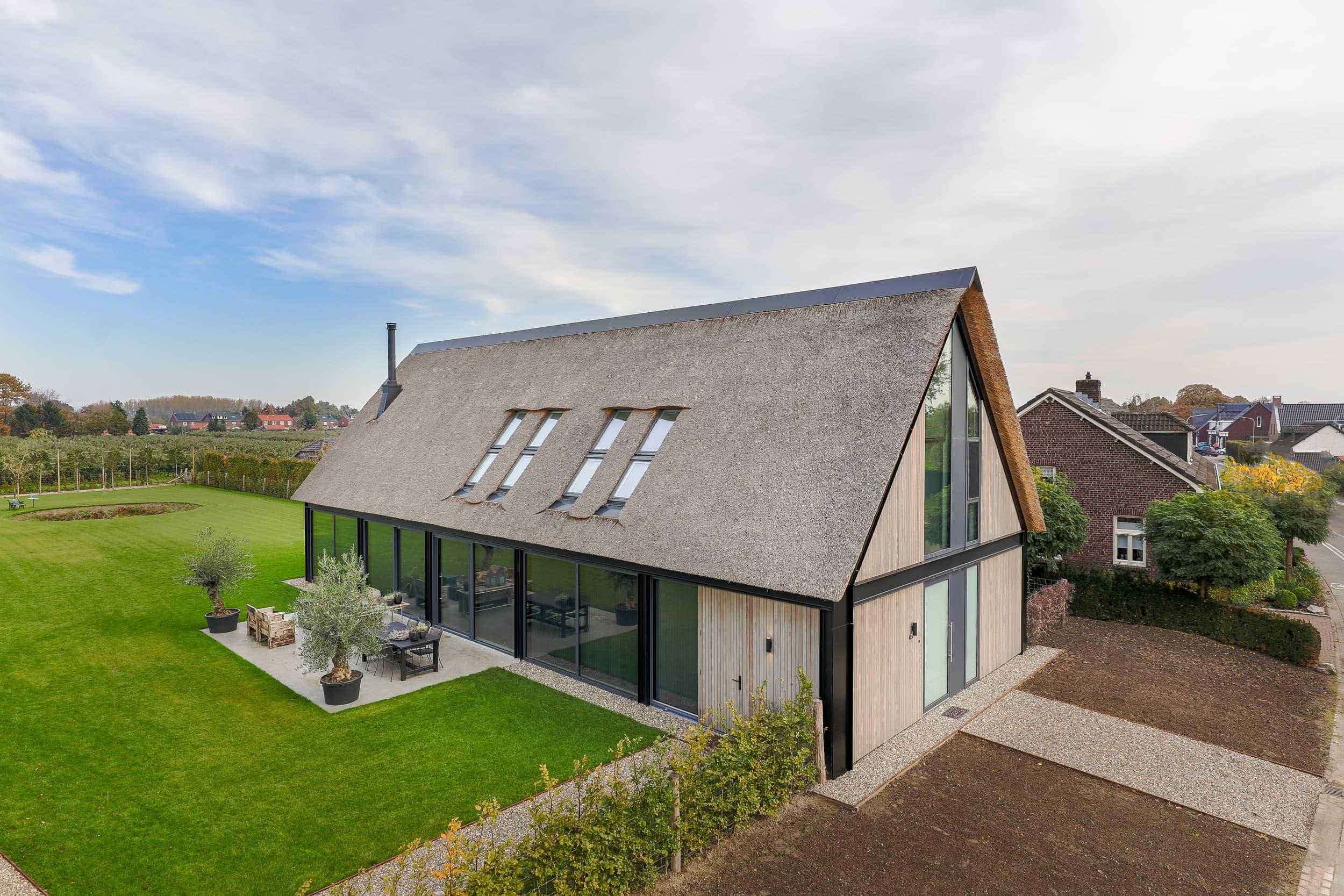 van-os-architecten-nieuwbouw-schuurwoning-sevenum-met-rieten-kap-en-aluminium-kozijnen-gevel-straatzijde